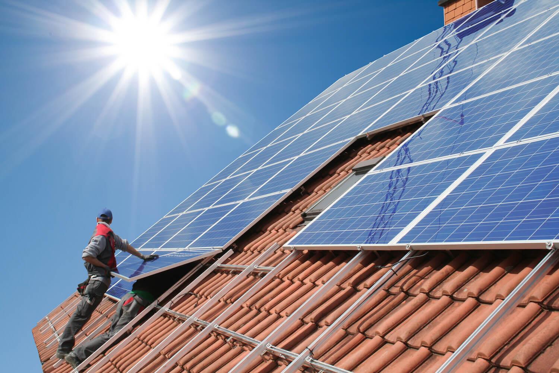 Fotowoltaika- ile prądu są w stanie wygenerować panele? Decydując się na odnawialne źródła energii takie jak panele fotowoltaiczne bardzo wiele osób zadaje sobie pytanie ile prądu wytwarzać będą? W tej sytuacji należy mieć na uwadze, iż ostateczna ilość prądu, który jest wytwarzany przez panele fotowoltaiczne jest uwarunkowana wieloma czynnikami. Dotyczy to zarówno całej technologii urządzeń, które stosowane są podczas przeprowadzania instalacji oraz prawidłowego projektu a także wykonania systemu fotowoltaicznego. W poniższym artykule dowiesz się między innymi czym jest fotowoltaika, ile prądu są w stanie wyprodukować panele słoneczne oraz wiele innych ciekawych informacji! Panele fotowoltaiczne- ile prądu wytwarzają? Jeśli interesuje Cię fotowoltaika, ile prądu można wyprodukować w ciągu roku z zastosowaniem paneli fotowoltaicznych, to pytanie na które odpowiedź nie jest jednoznaczna. O czym warto pamiętać? To, iż tutaj bardzo istotne znaczenie mają także, a może przede wszystkim warunki atmosferyczne, które panują na danym obszarze funkcjonowania instalacji. Co istotne? Szczególnie dotyczy to natężenia promieniowania słonecznego, które pada pod kątem prostopadłym na powierzchnię jednego metra kwadratowego w ciągu 1 sekundy! Nowoczesne rozwiązanie technologiczne- panele fotowoltaiczne Czy wiesz, że panele fotowoltaiczne cieszą się obecnie bardzo dużym zainteresowaniem, z roku na rok coraz większym? Wykonywane są z zastosowaniem najnowszej technologii, która wykorzystuje krzem o budowie polikrystalicznej lub monokrystalicznej. W ogniwach, które są połączone ze sobą powstaje energia elektryczna, następnie jest ona wyprowadzana przez okablowanie stałoprądowe, dzięki czemu jest możliwe łączenie paneli fotowoltaicznych w jeden, spójny łańcuch. Co warto mieć na uwadze? To, że ilość wyprodukowanej energii elektrycznej z jednego modułu jest przede wszystkim uzależniona do całej specyfikacji technicznej, która obejmuje w swoim zakresie między innymi: moc wydajność ilość uż